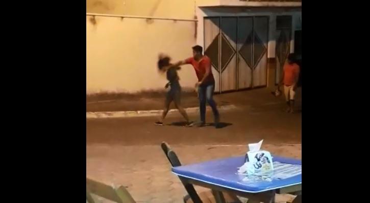 Caetité: Homem é preso após agredir namorada em via pública; ação do acusado foi filmada e compartilhada em redes sociais