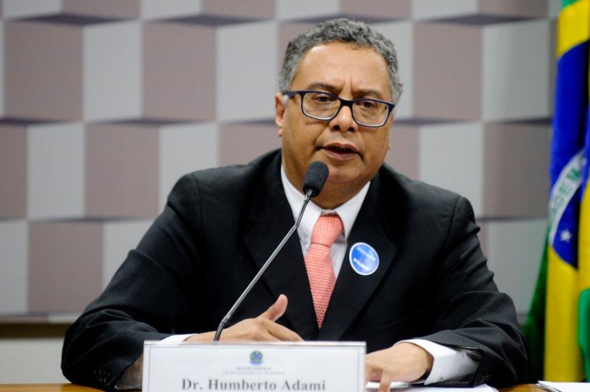 Integrante da Comissão Nacional da Verdade da Escravidão Negra no Brasil, Humberto Adami, em audiência pública no Senado (foto: Marcos Oliveira/Agência Senado)