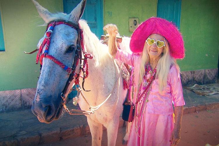 História da macaubense Isabel Maria, a idosa apaixonada por cavalgada é contada por Geraldo Luís no programa Domingo Show