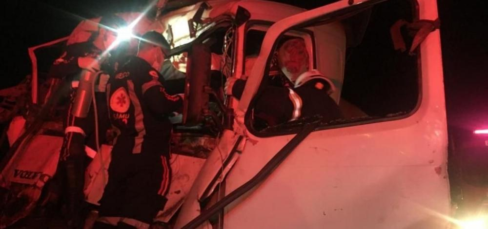 Homem é resgatado de ferragens após acidente envolvendo duas carretas em LEM