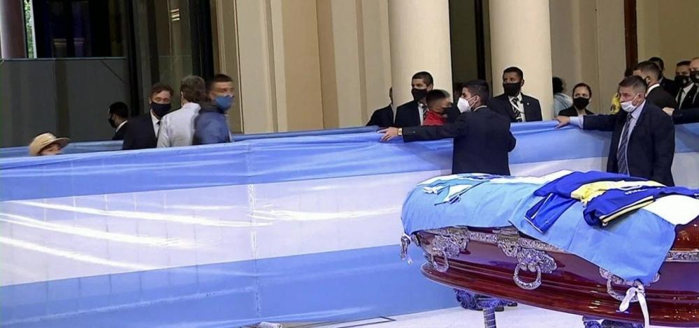 Argentinos se despedem de Maradona durante velório na Casa Rosada
