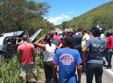 Colisão entre dois carros deixa três pessoas mortas na BR-330, trecho de Jequié
