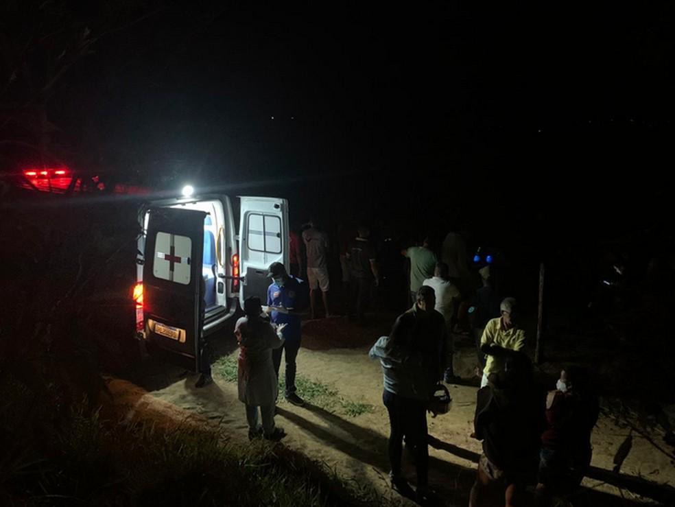 Colisão entre motocicleta e carro deixa duas pessoas mortas, na BA-250, trecho de Itiruçu