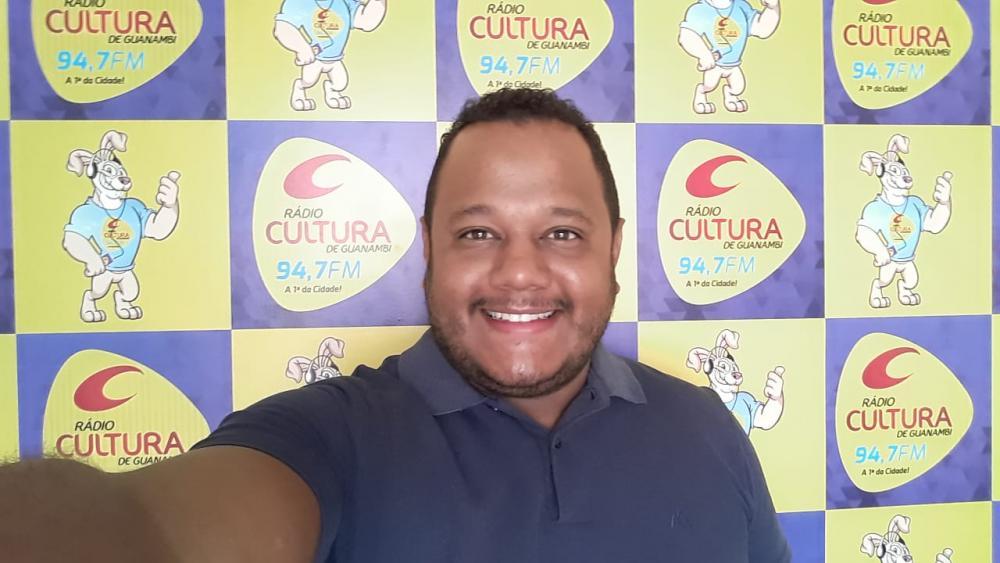 Radialista Rafa Nunes assume programa 'Boa Noite Cultura' na 94 FM de Guanambi