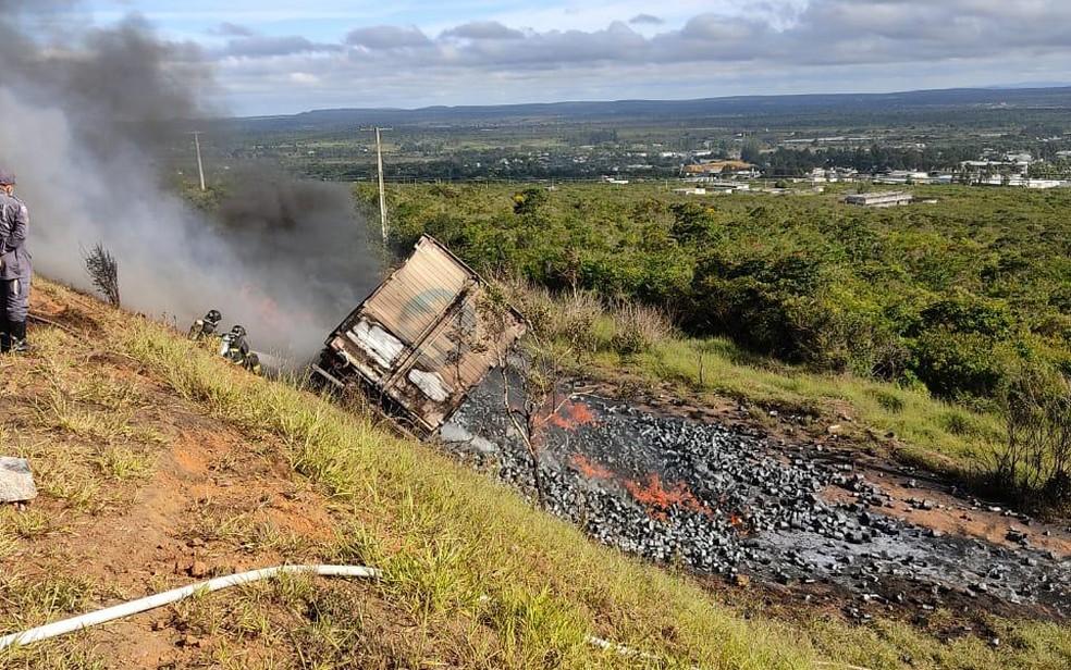Região: motorista perde controle, carreta sai da pista e pega fogo na BR-116