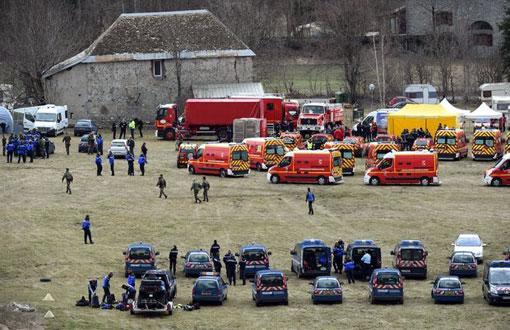 Equipes de resgate chegam próximo ao local do acidente (Foto: AFP)