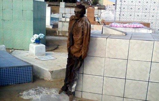 Resultado de imagem para Corpo enterrado há 10 anos é achado inteiro e com roupas intactas, após zeladora abrir cova na Bahia